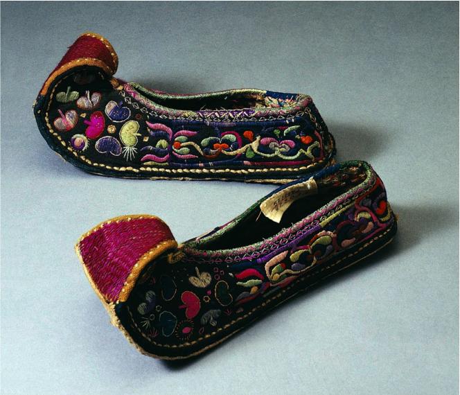 2 翘尖绣花布鞋 彝族传统布鞋,翘尖,绣彩色花纹,适宜在山区穿着行走.png