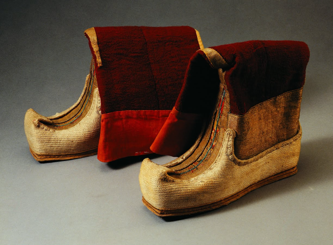 2 旧时西藏僧官所穿长筒船形靴。靴面为金丝花缎料,靴帮用多层白布纳制而成,厚实坚硬。靴尖呈船形,靴底为双层皮革,靴筒用紫红色氆氇制成。孜忠鞋.png