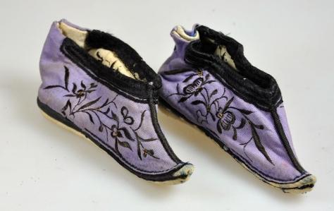 3 标题-19世纪紫地花卉纹绣花鞋 关键词-清代弓鞋;小脚鞋;.jpg