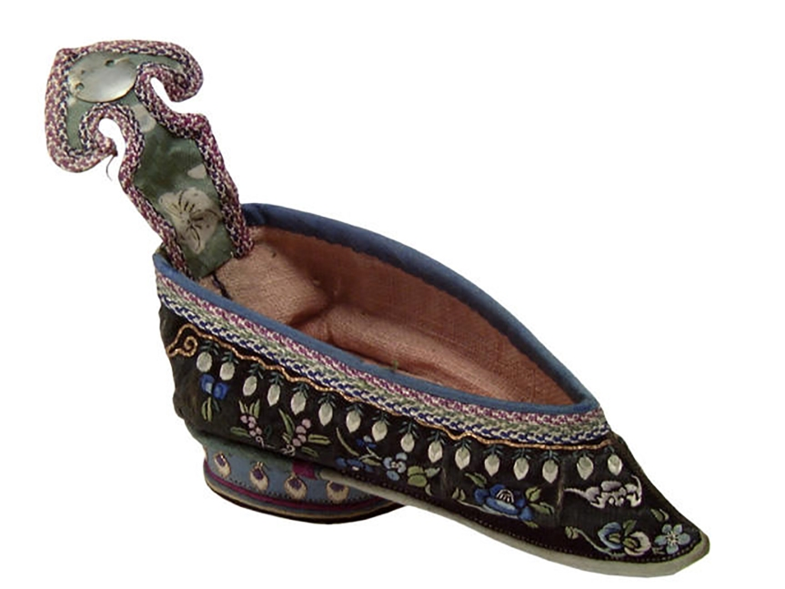 3 标题-19世纪黑地花卉蝙蝠纹刺绣弓鞋 关键词-清代弓鞋;小脚鞋;三寸金莲;花卉纹;蝙蝠纹; 通用描述-清代弓鞋;.jpg