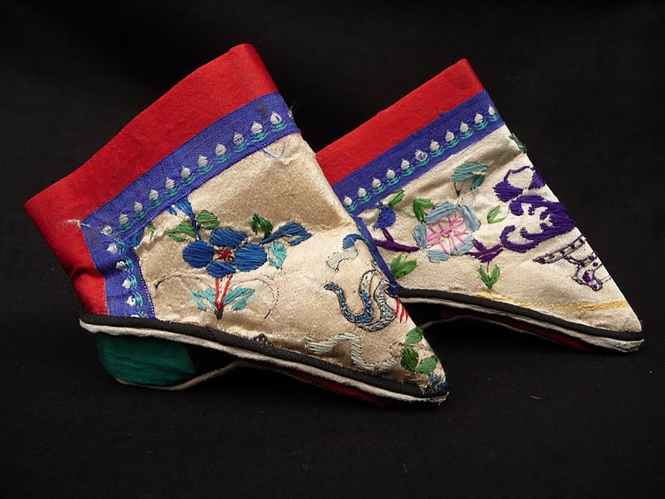 3 标题-清代粉地绣花小脚鞋 关键词-清代弓鞋;小脚鞋;三寸金莲;.jpg