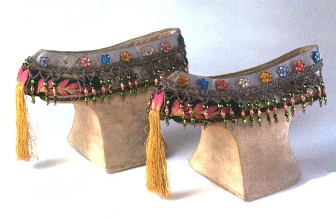 3 清代湖色缎绣盘长纹花盆底鞋.jpg