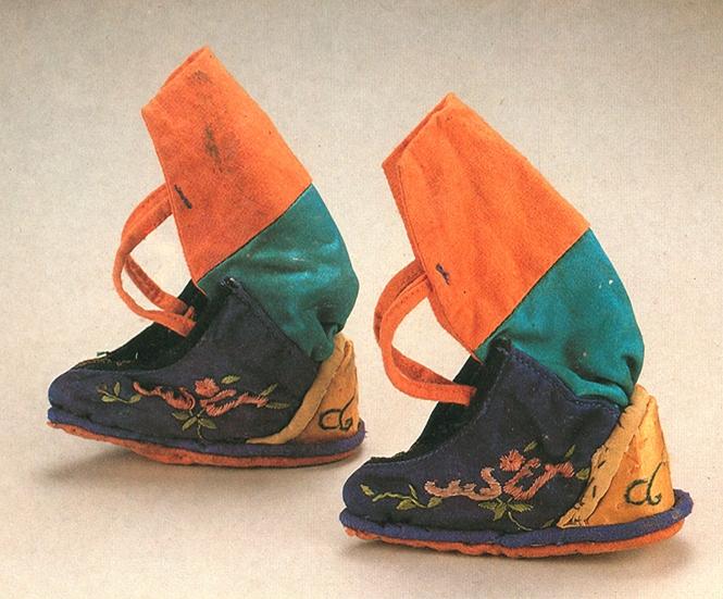 3 清代蓝地花草纹弓靴  标题-清代蓝地花草纹弓靴 关键词-清代弓鞋;小脚鞋;三寸金莲;花草纹.jpg