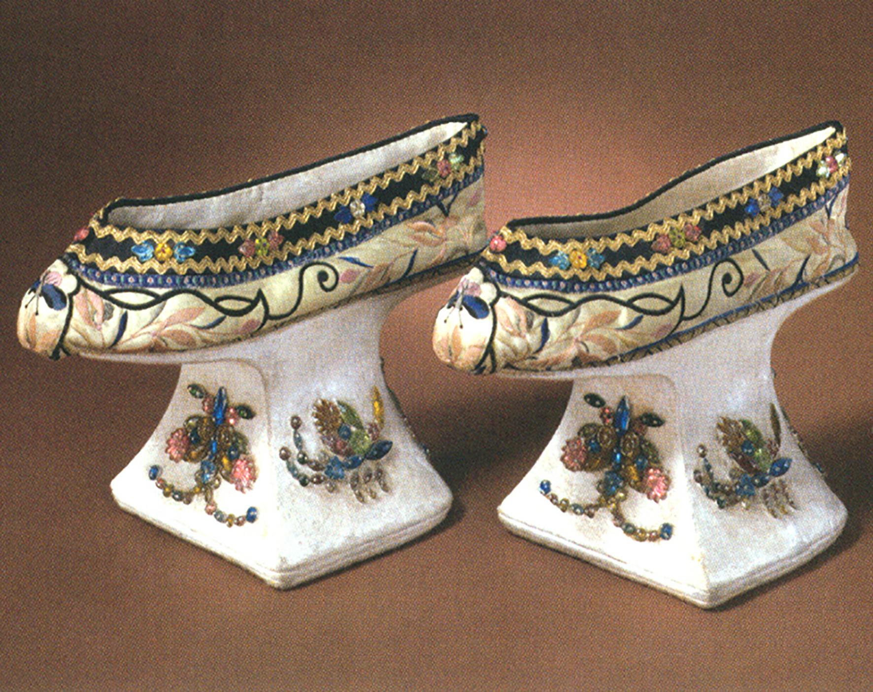 3 清代黄色缎绣花卉纹花盆底鞋.jpg