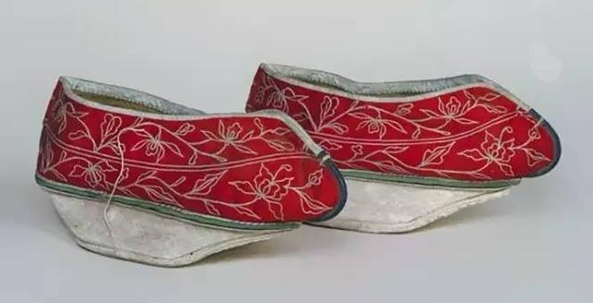 3 清光绪 红色缎緝线绣花卉纹元宝底棉鞋副本.jpg