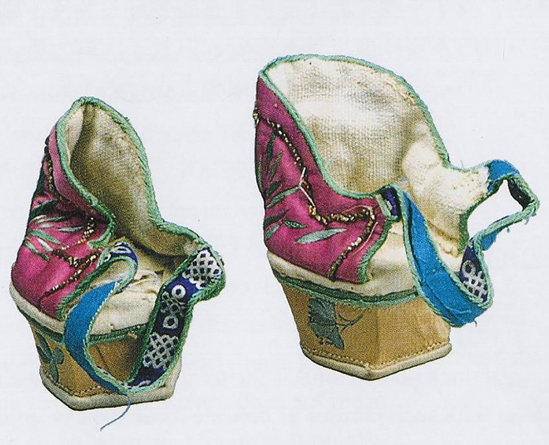 """3 清末粉地花卉纹""""三寸金莲""""高跟,一般见客时套在小脚鞋上,以增加鞋的高度,该类脚跟的使用不太普遍。面料是粉红刺绣花卉纹缎.jpg"""