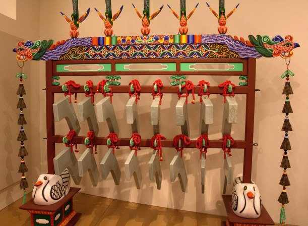 2560px-Korean_Gong_chimes,_Musical_Instrument_Museum,_Phoenix,_Arizona